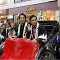 堤真一・岡村隆史、人力車で練り歩き街中が騒然!『決算!忠臣蔵』京都凱旋お練りイベント